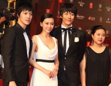 曾祥程、巩新亮、杨金承亮相上海国际电影节闭幕式红毯