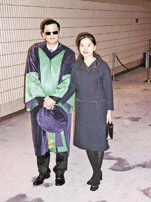 王家卫获颁荣誉博士学位自曝大学都未毕业(图)