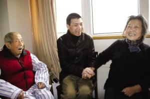 《集结号》上海宣传冯小刚携张涵予探望汤晓丹