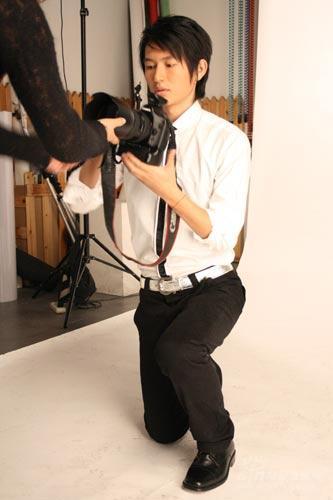 镜头前转镜头后吕玉来为《时尚先生》苦练摄影