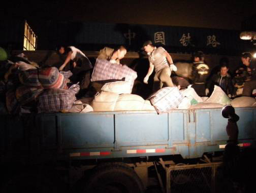 龙的传人心系灾区凌晨前往搬运救灾物资(图)