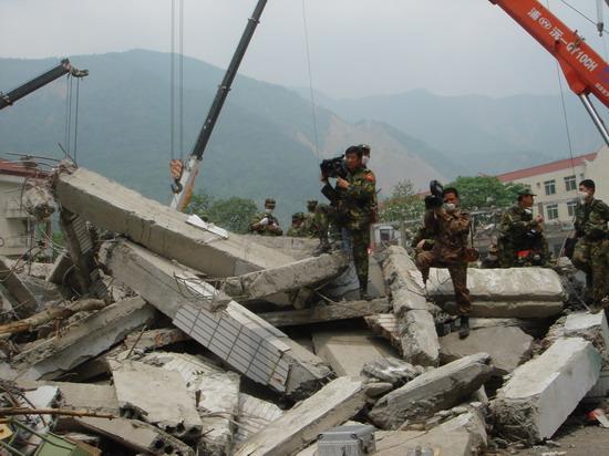 士兵突击创造奇迹八一厂摄制组出击抗灾前线
