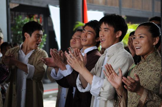 《龙的传人》选手横店拍戏上演龙虎风云会(图)