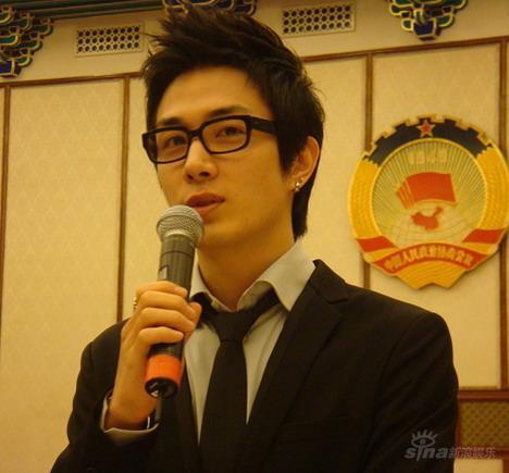 李承铉代表韩国出席电影节 三国语言送祝福(图