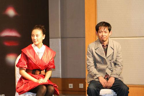 《荒村公寓》北京热拍张雨绮岳小军谈笑风生