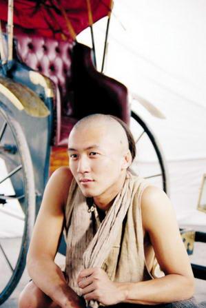 谢霆锋为《十月围城》颠覆帅哥形象剃发当车夫