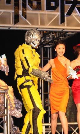 《机器侠》举行发布会甘薇与机器人耍功夫(图)