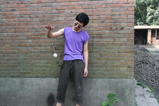 《全城热恋》京味十足井柏然为角色玩溜溜球