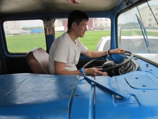 《唐山大地震》曝拍摄旧照张国强苦练大卡车