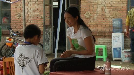 章子怡与小志愿者在开心的玩游戏