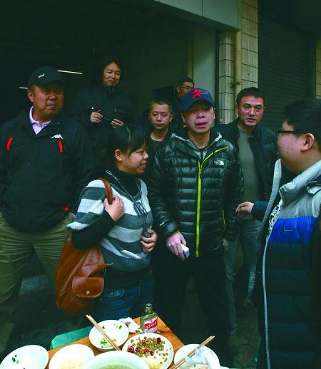 冯小刚和记者们在路边摊吃了一顿午餐