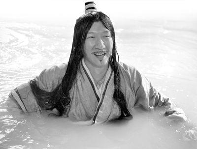 孙红雷扮演的孙膑泡在浴池中