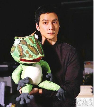 吴彦祖手拿道具青蛙