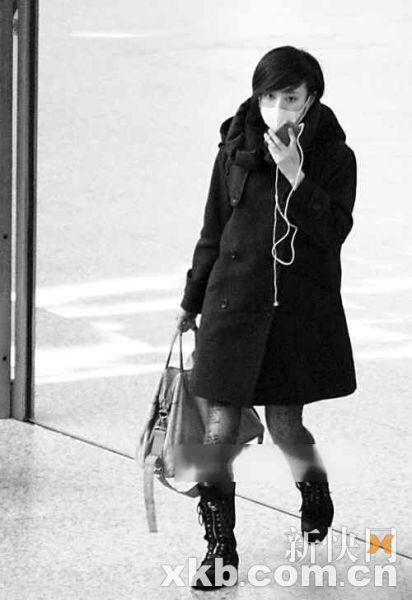 本月初,穿着宽松大衣的孙俪被记者拍到,疑似有孕在身
