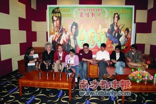 《打擂台》带着四座金像奖奖座到深圳庆功。