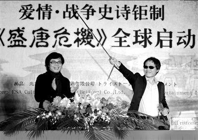 """陈汗(左)送给郭在容一把""""唐刀""""。本报记者张伟摄"""