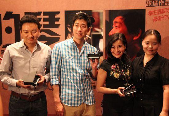 王千源与片方代表受赠钢琴模型