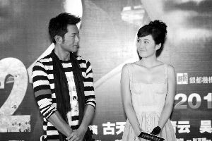 在发布会上,古天乐和叶璇默契对望。