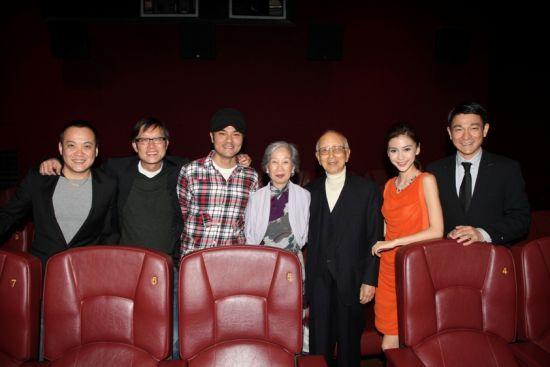 宁浩与众人片场合影:(从左至右)宁浩、刘伟强、林家栋、邹文怀夫妇、Angelababy、刘德华