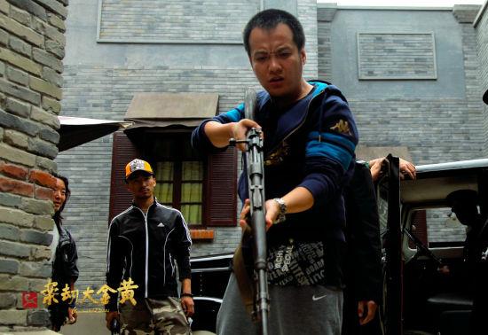 宁浩导演《黄金大劫案》片场手端长枪