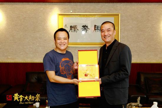 小马奔腾董事长李明(右)赠送宁浩金马一匹