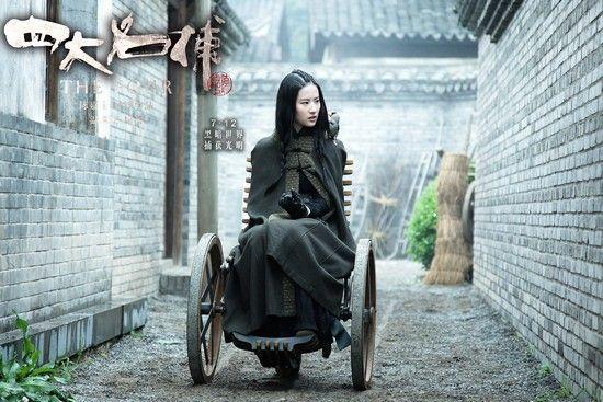 刘亦菲终日与轮椅小鸟为伴