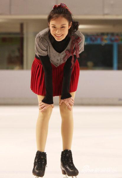 倪妮独自溜冰