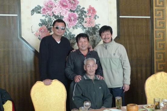王家卫访民间武林宗师(左起:王家卫、王 世泉、陈勋奇,前排杨桐,已故)