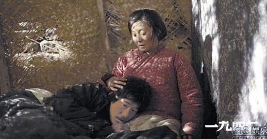 花枝(徐帆饰)与长工栓柱(张默饰)做了一夜夫妻