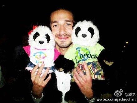 变形金刚男主角与熊猫合影