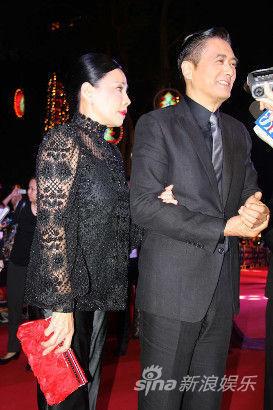 周润发携发嫂出席《大上海》宣传