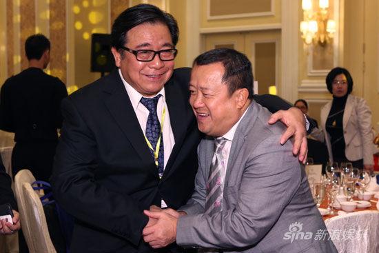 和亚太影展筹委会会长曾志伟以及成龙[微博]亲切交谈.