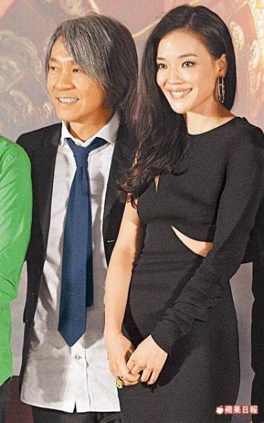周星驰(左)近来为新片《西游・降魔篇》卖力宣传,右为女主角舒淇。