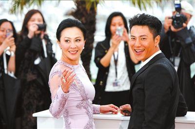 刘嘉玲(左)与陈坤亮相记者会。新华社发