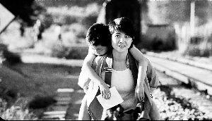 《守护童年》里颜丙燕剃了一头短发,饰演一位警官。