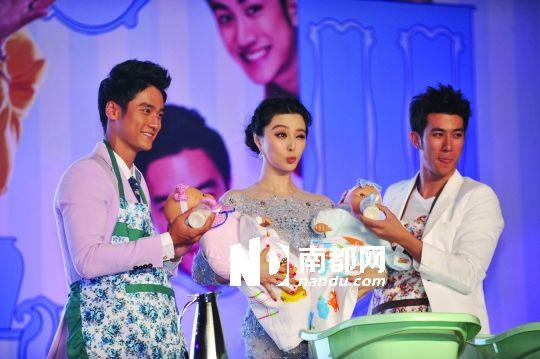 """发布会现场,李治廷(右)与蒋劲夫(左)与范冰冰一起""""喂娃""""。曹继 摄"""