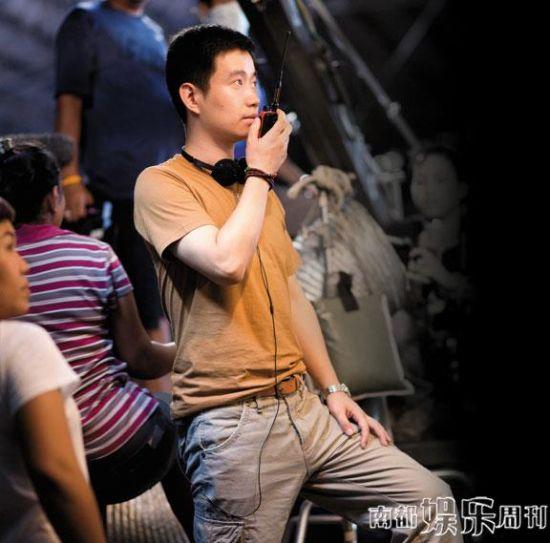 《绝命航班》编剧、导演周文武贝在片场。
