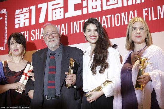 《小英格兰》获金爵奖最佳影片,众主创拿奖杯现身