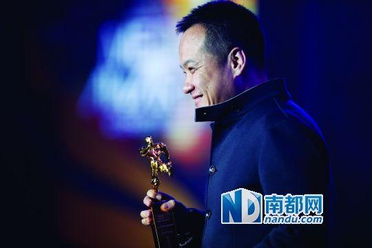 这是宁浩第二次登上传媒奖的舞台。南都记者 钟锐钧 摄