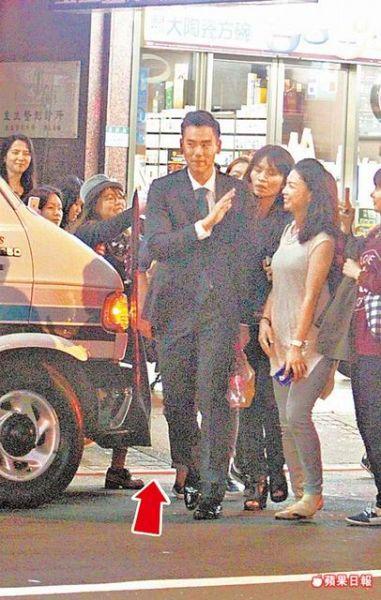 彭于晏(中)现身西门钉,保母车违停红线(箭头处)遭民众报警取缔。