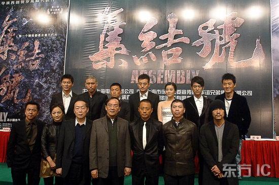 组图:《集结号》上海发布会主创坐军车亮相