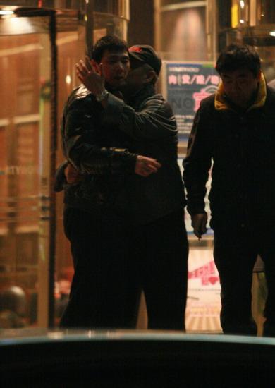 图文:《集结号》KTV庆功--赵本山搂冯小刚
