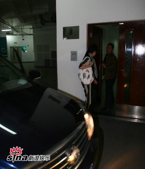 图文:刘嘉玲和友人用餐-刘嘉玲背影