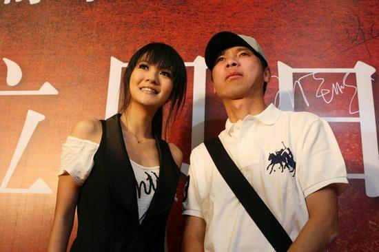 组图:冯小刚携安以轩捧场《拉贝日记》首映