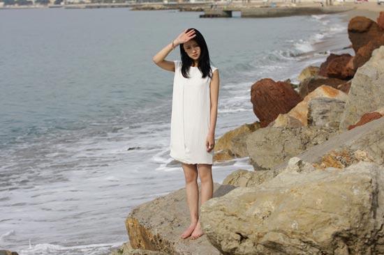 甘薇戛纳海边拍�妆写真清新自然引关注(组图)