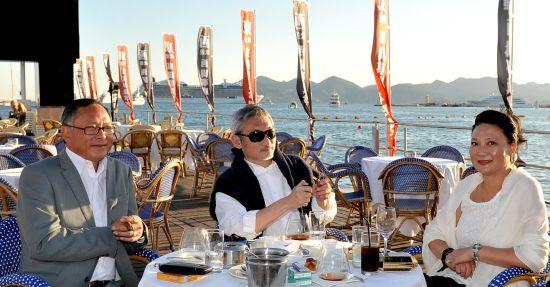 徐克和杜琪峰夫妇在戛纳海滩边