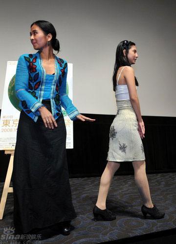 印尼参赛片《树下》首映女主演甜笑秀乳沟(图)