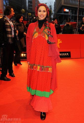 《关于伊丽》首映女演员着民族服装出场(图)