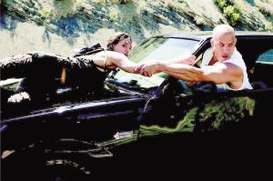 《速度与激情4》将上映猛男靓女齐飞车(图)