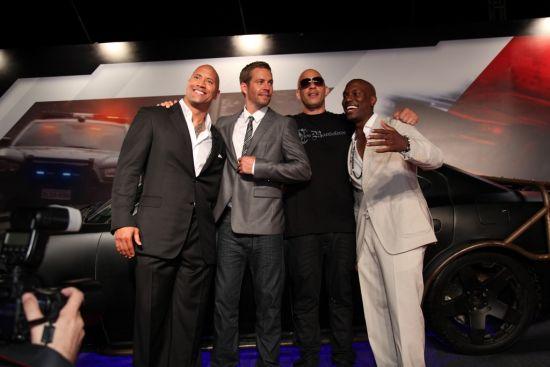 """""""巨石""""强森,保罗·沃克,范·迪塞尔与泰瑞斯·吉布森在红毯上图片"""